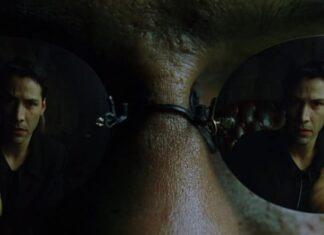 Neo (Keanu Reeves) prend la pilule rouge pour sortir de la matrice dans Matrix (1999).